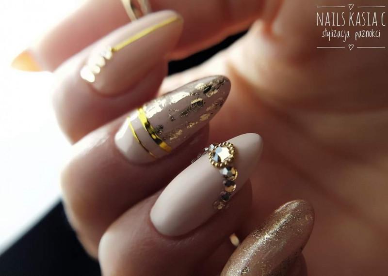 Paznokcie Nude ze złotem