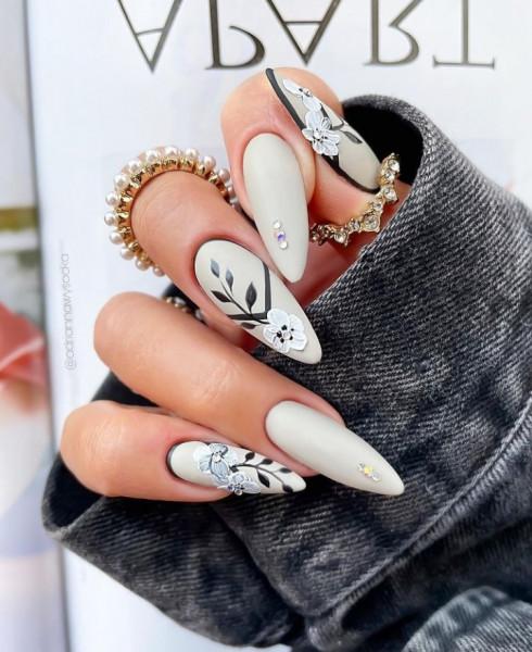 Paznokcie Szare paznokcie z kwiatkami