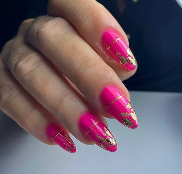 Paznokcie Różowe paznokcie z folią transferową