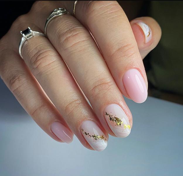 Paznokcie Mleczne złoto na paznokciach