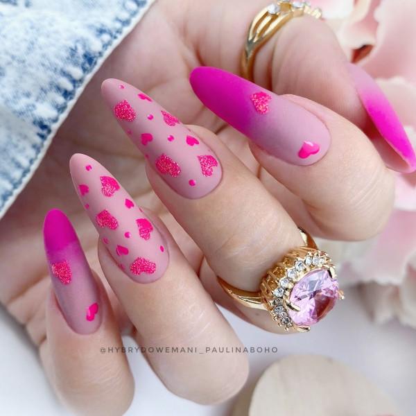 Paznokcie Różowe ombre z serduszkami