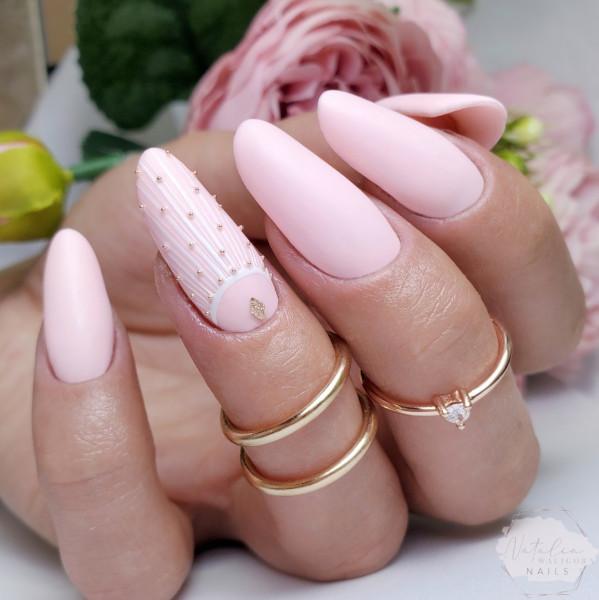 Paznokcie Pastelowy róż na paznokciach z delikatnym zdobieniem