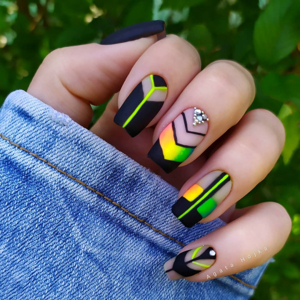 Paznokcie Czarne paznokcie z neonową geometrią