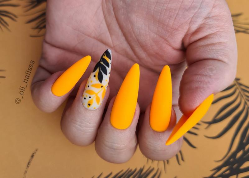 Paznokcie Neonową pomarańcz z listkiem